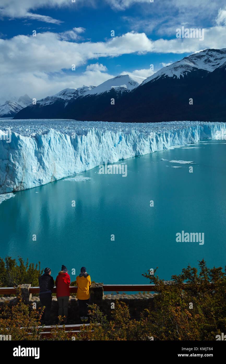 Tourists on walkway and Perito Moreno Glacier, Parque Nacional Los Glaciares (World Heritage Area), Patagonia, Argentina, - Stock Image