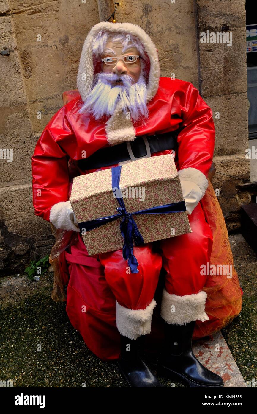 ab5e4543f72615 A fake Santa Claus outside a gift shop in December - Stock Image