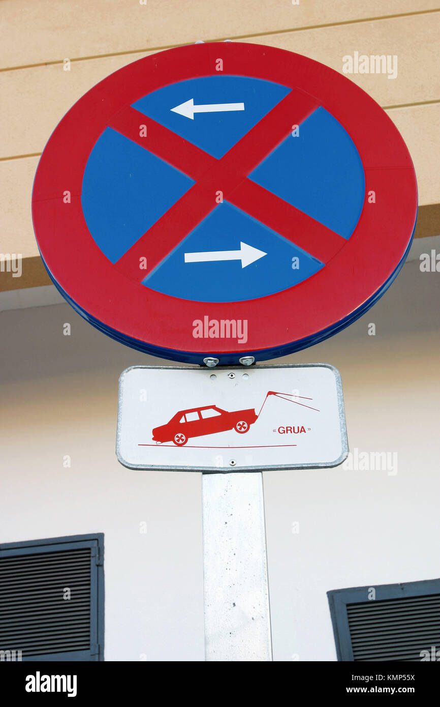 Traffic signs for No Parking in Either Direction and Towaway in Spanish language. - Stock Image