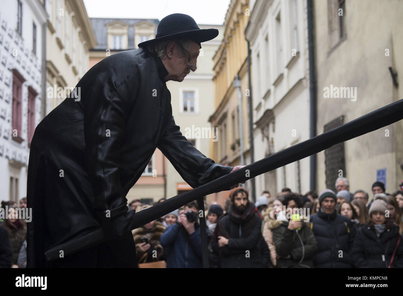 Krakow, Poland. 8th Dec, 2017. A theater artist perform the \'Living ...