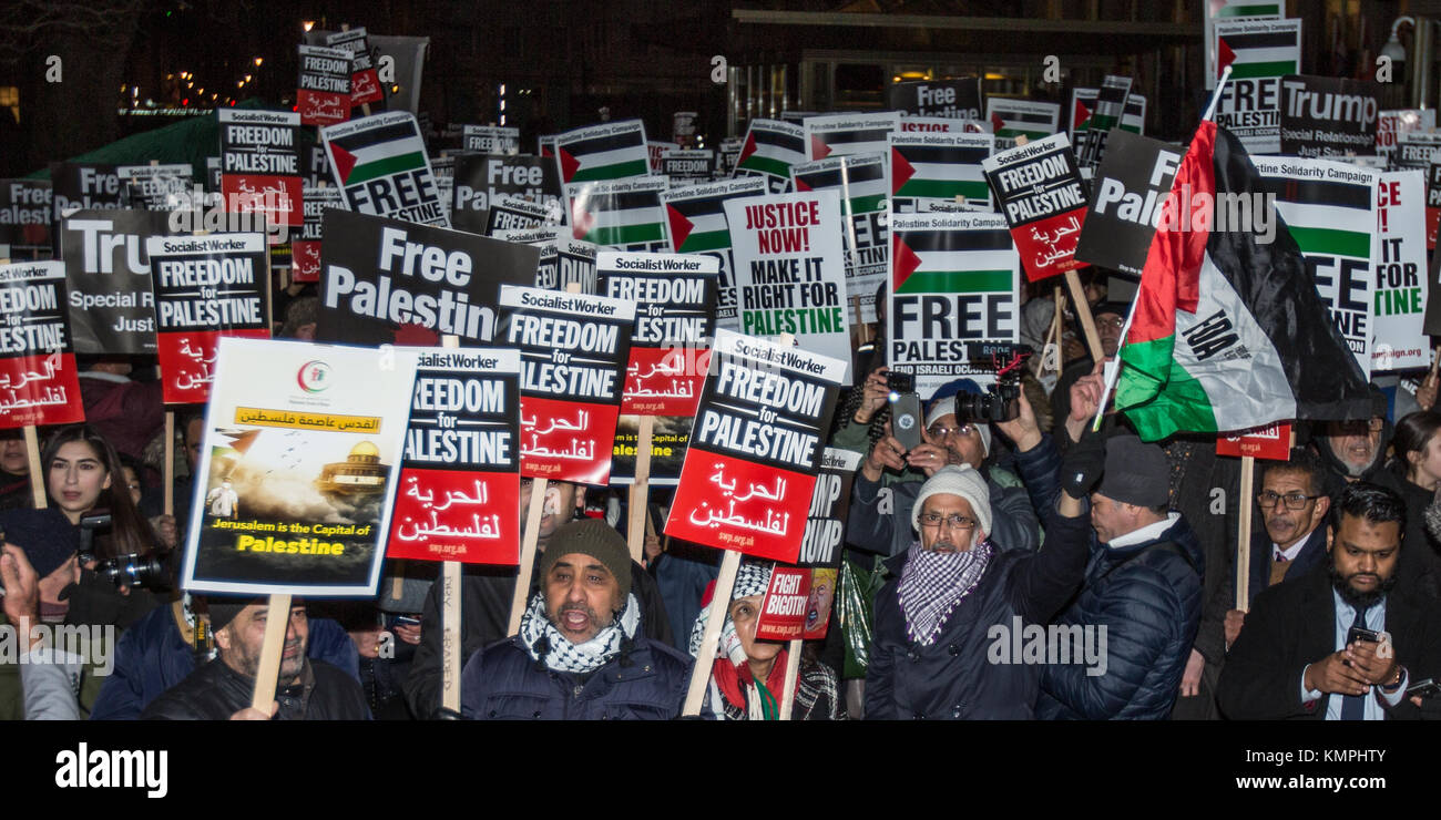 London, UK. 8th Dec, 2017. In a protest organised by the Palestine Solidarity Campaign crowds gathered at the US - Stock Image