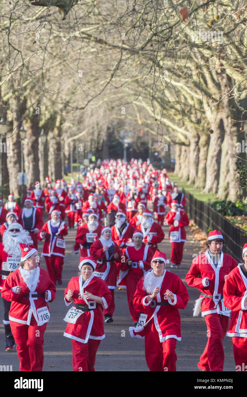 London UK. 9th December 2017. Hundreds of participants dressed in Santa suits  take part in The London Santa Run - Stock Image