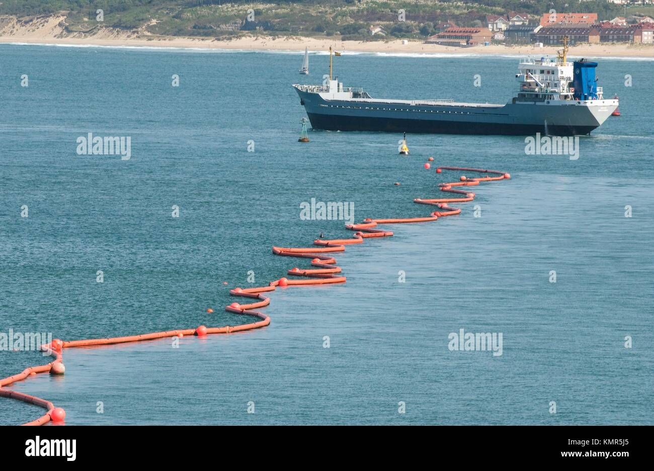 Floating barrier to stop pollution from the fuel spilled by the Prestige Tanker ecological disaster. Bahía - Stock Image