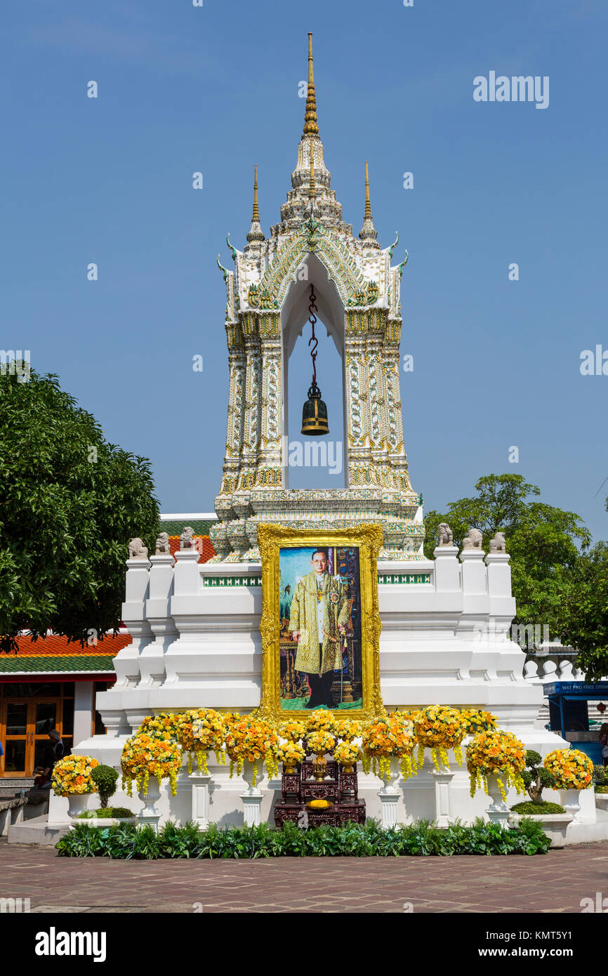 Bangkok, Thailand.  Bell Tower in the Wat Pho Compound, with Photo of the Late King Bhumibol Adulyadej. - Stock Image