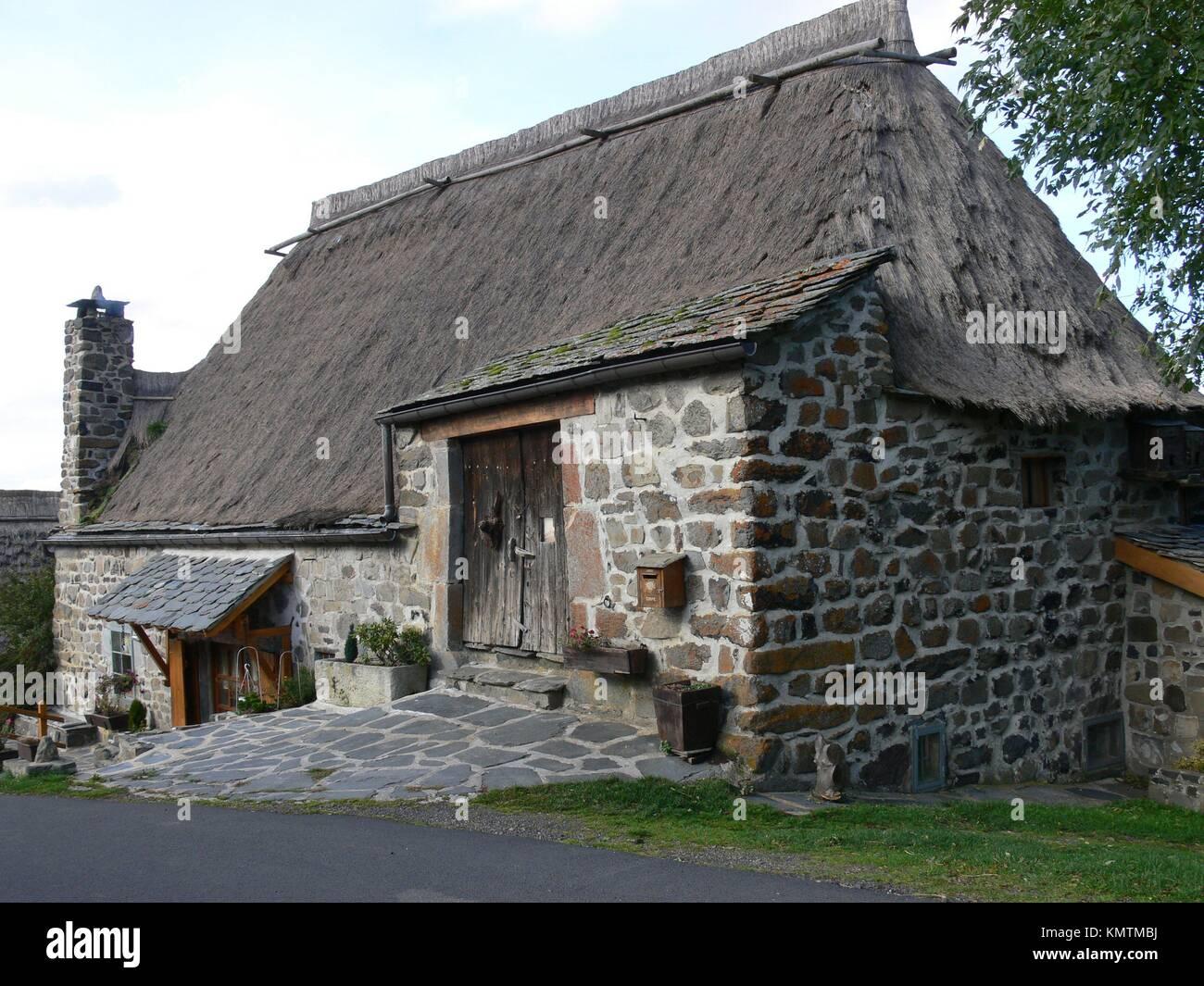 maison toit de chaume.html