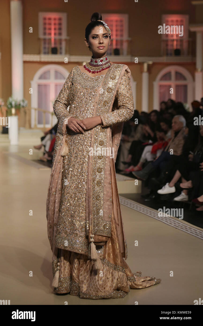 Lahore, Pakistan. 03rd Sep, 2017. Models present creations of famous designers during the Pantene Hum Bridal Couture - Stock Image