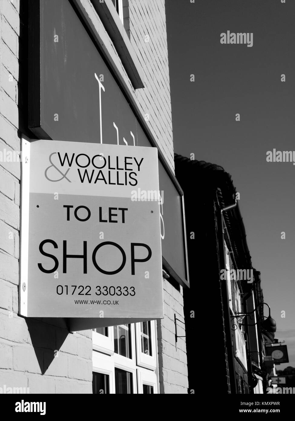 Shop to let sign over vacant retail premises - Stock Image