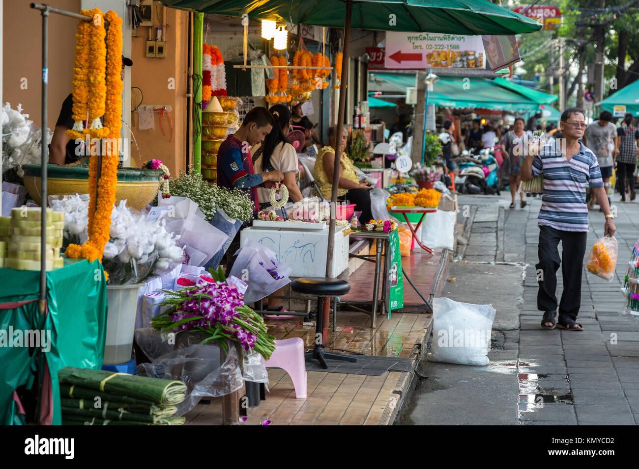 Bangkok, Thailand.  Street Scene, Flower  Stand on Maha Rat Road. - Stock Image