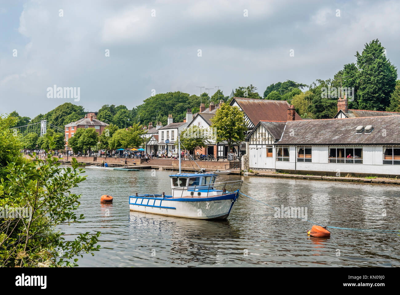 Boats House and Riverside Walk at the River Dee in Chester; Cheshire; North West England. | Die Uferpromenade und - Stock Image