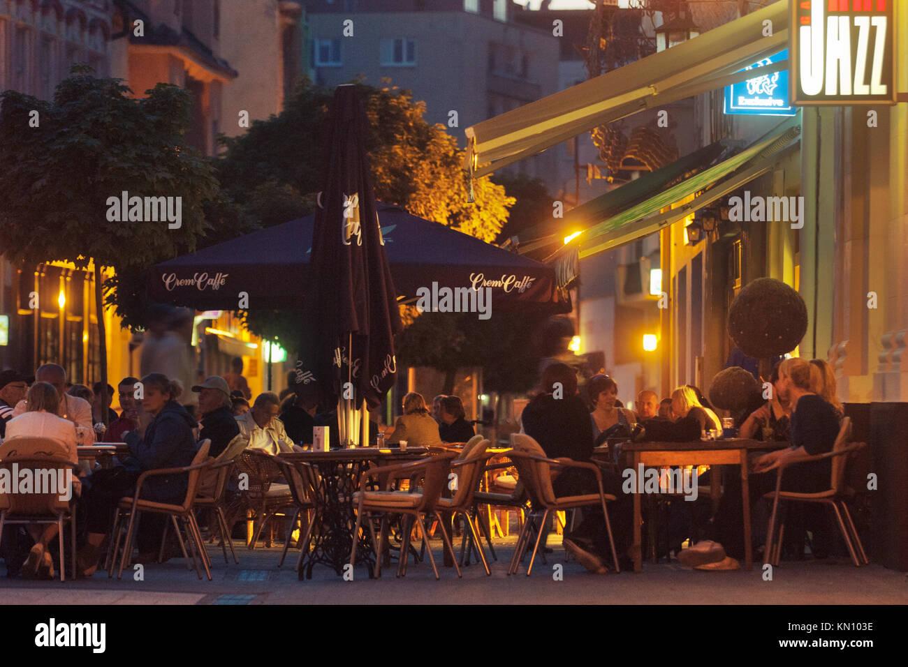 Slowakei, Piestany: Die Fussgängerzone und Einkaufsstrasse Winterova. Am Abend füllen sich die Strassencafes - Stock Image