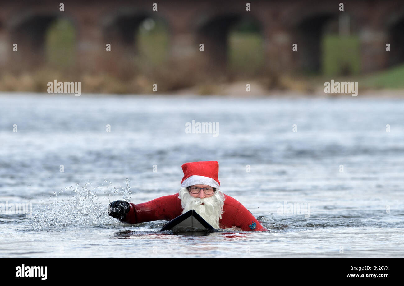 Rastatt, Germany. 09th Dec, 2017. The cold temperatures could not restrain Surfer Thomas Schmidt (50) from Rastatt - Stock Image