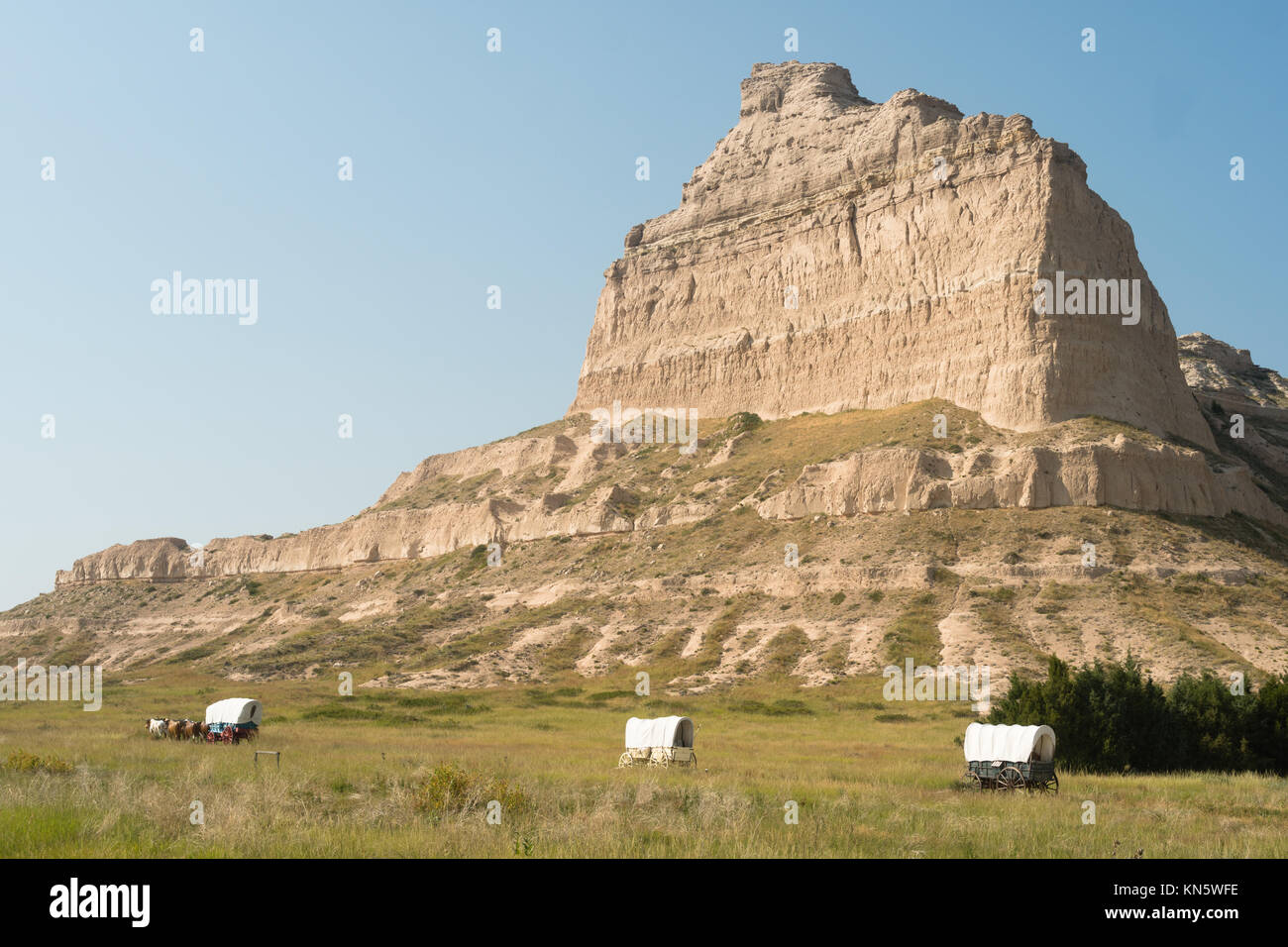 Wagons are situated at the base of Scott's Bluff in Nebraska - Stock Image
