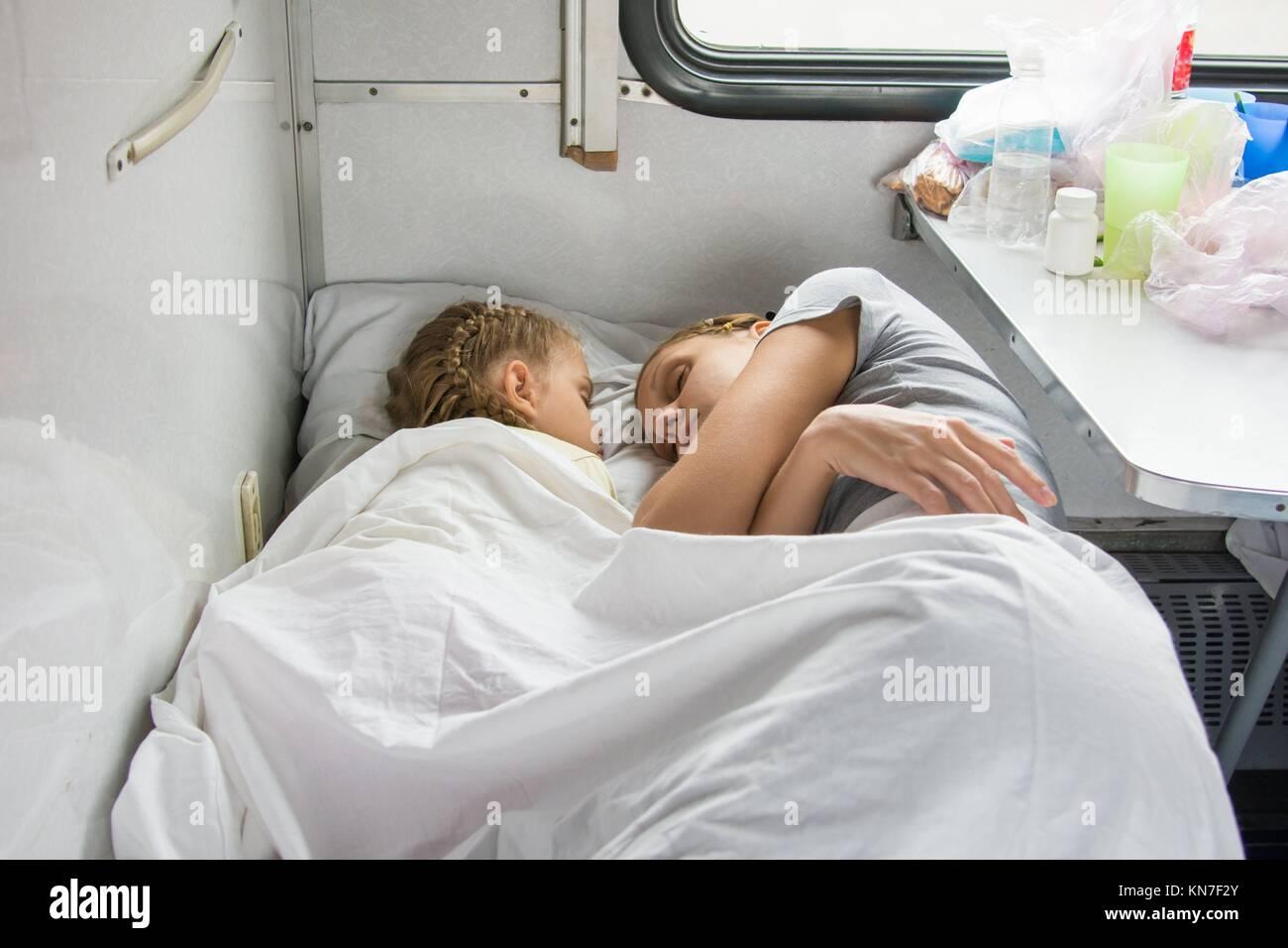 Трахнул маму в рот пока она спит, Сын выебал спящую мать в рот (видео) 12 фотография
