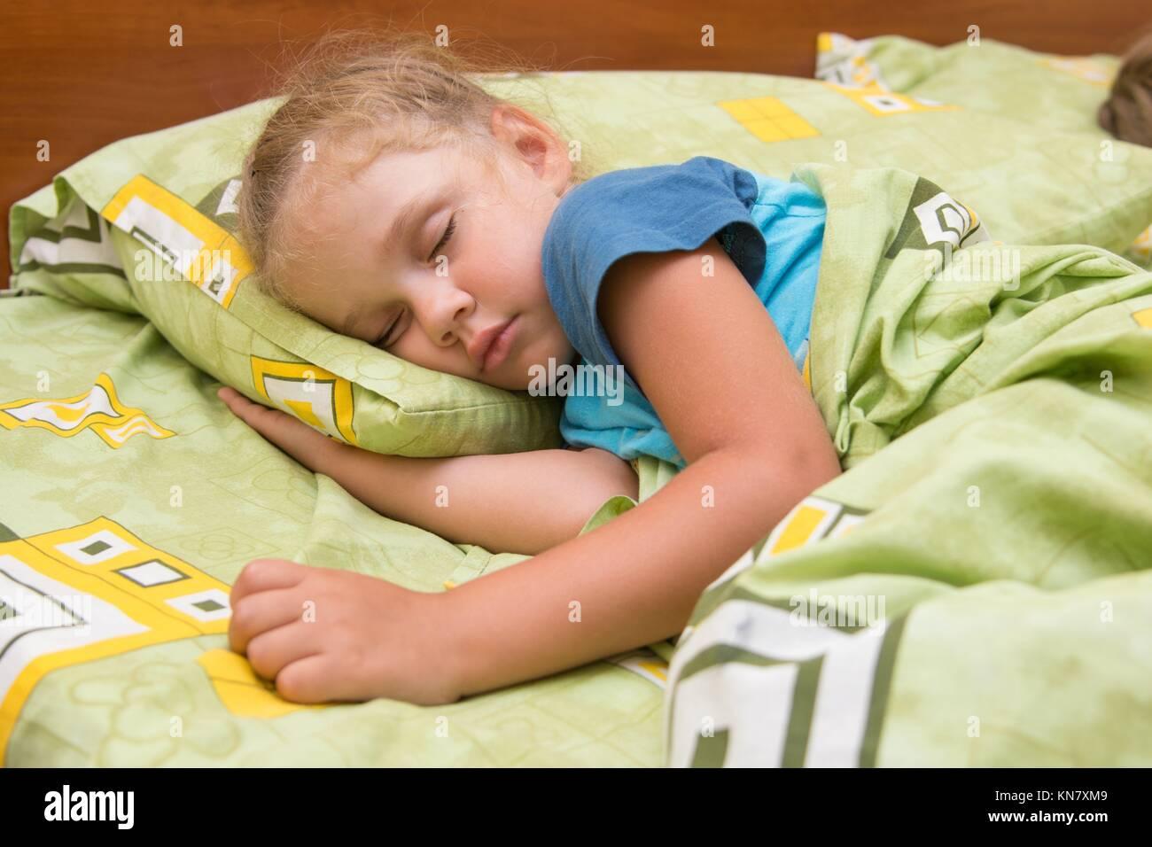 Стянул одеяло с сестры, Сводный брат забрался в постель к спящей сестре 11 фотография