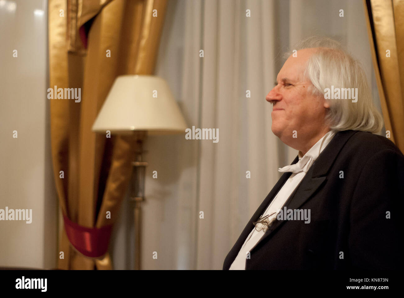 Warsaw, Poland. 10th Dec, 2017. Recognized as a the best living pianist - Grigory Sokolov is congratulated by his - Stock Image