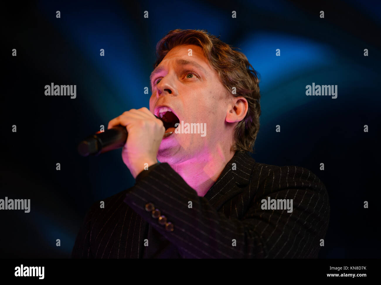 Stuttgart, Germany. 11th Dec, 2017. Musical performer David Jakobs as the hunchbacked bell ringer Quasimodo singing - Stock Image