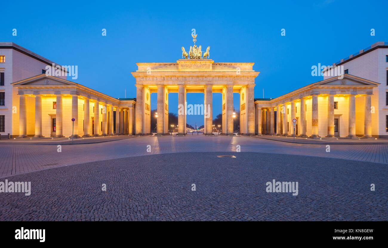 Berlin's Brandenburg Gate (Brandenburger Tor) at dusk. - Stock Image