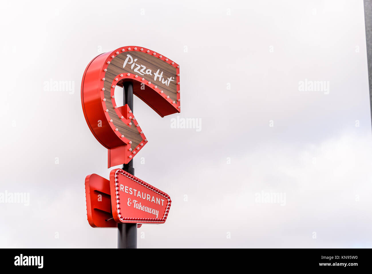 Pizza Hut Logo Stock Photos & Pizza Hut Logo Stock Images - Alamy