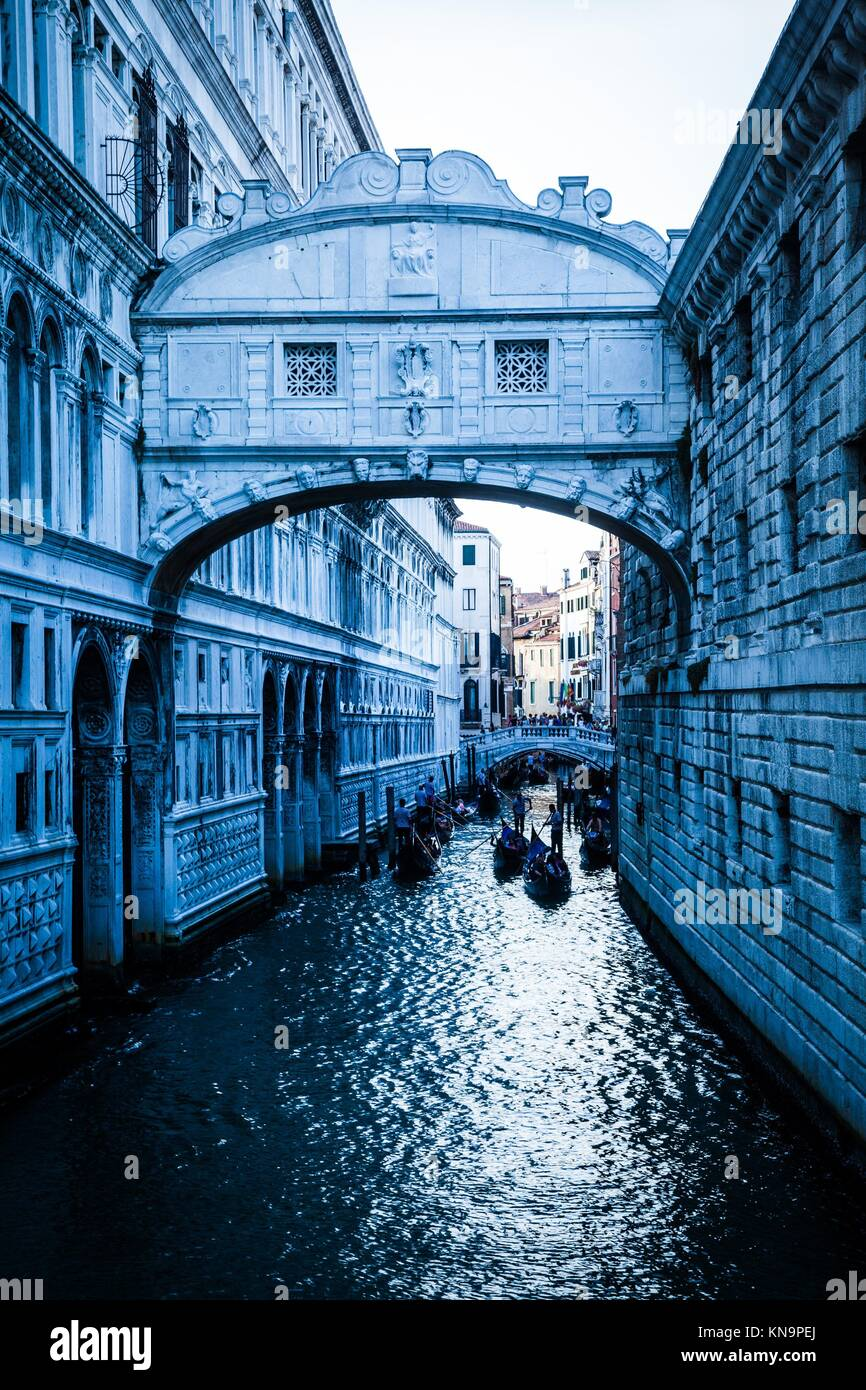 Tourists in gondolas sailing on the Rio de Palazzo o de Canonica Canal under the Bridge of Sighs (Ponte dei Sospiri) - Stock Image