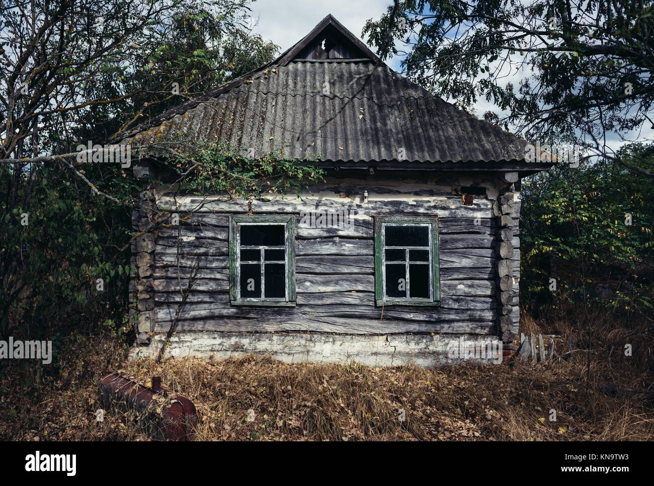 Cottage in Mashevo abandoned village of Chernobyl Nuclear Power Plant Zone of Alienation area around nuclear reactor - Stock Image