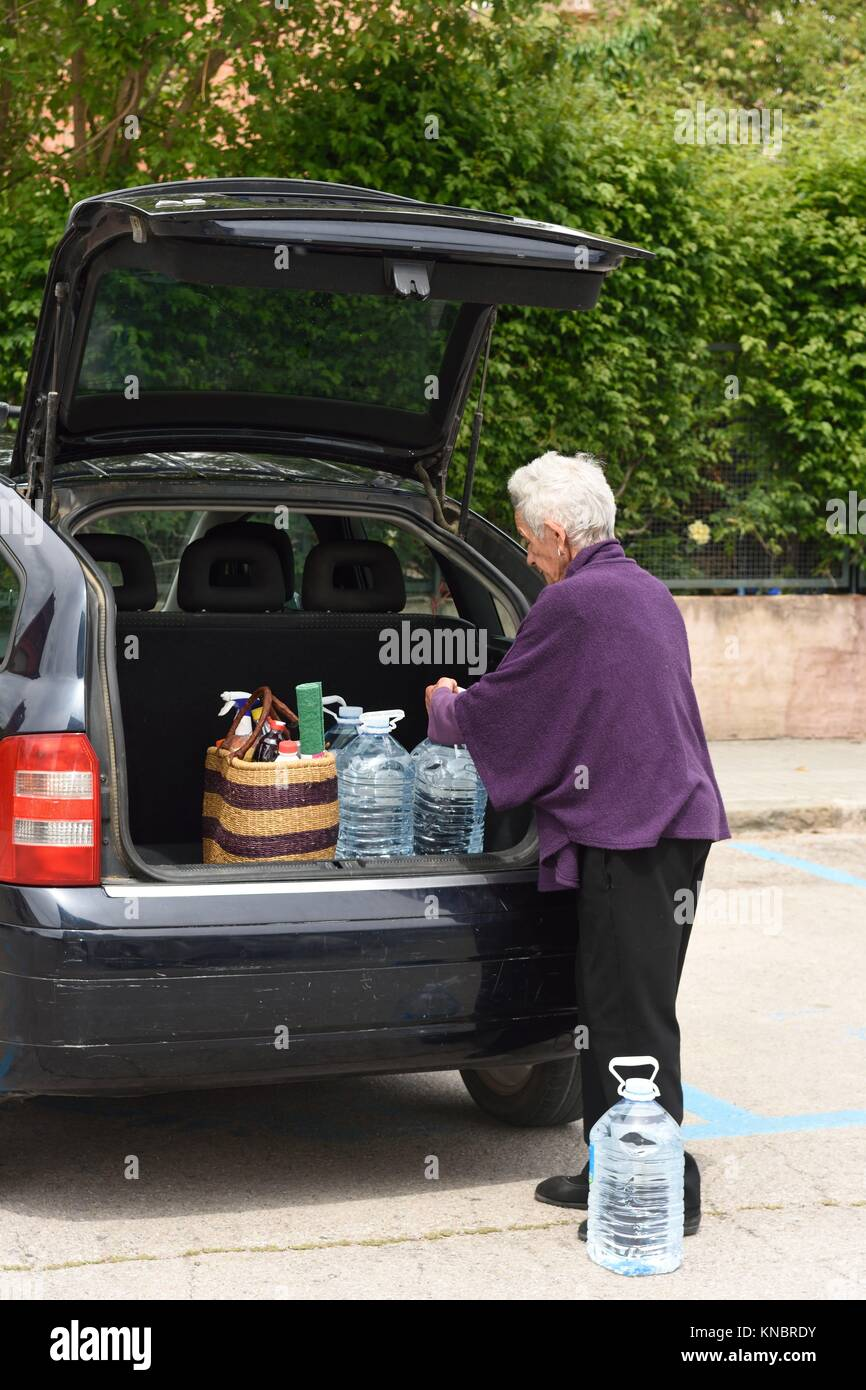 Old woman downloading the car purchase Stock Photo: 168060983 - Alamy