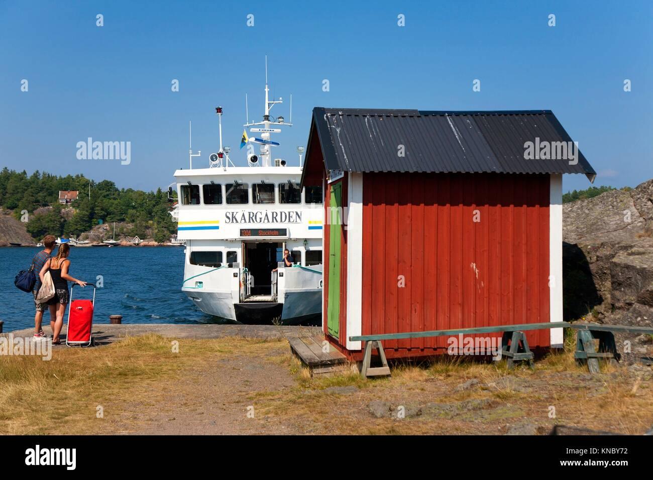Passenger boat arriving at port, Swedish archipelago near Stockholm. - Stock Image
