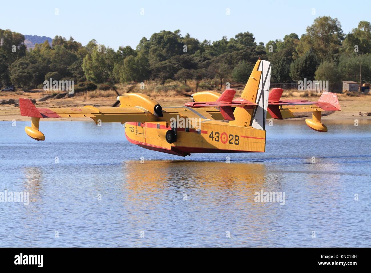 Avioneta canadair en el Pantado de Valdesalor de cáceres, Extremadura, España. - Stock Image