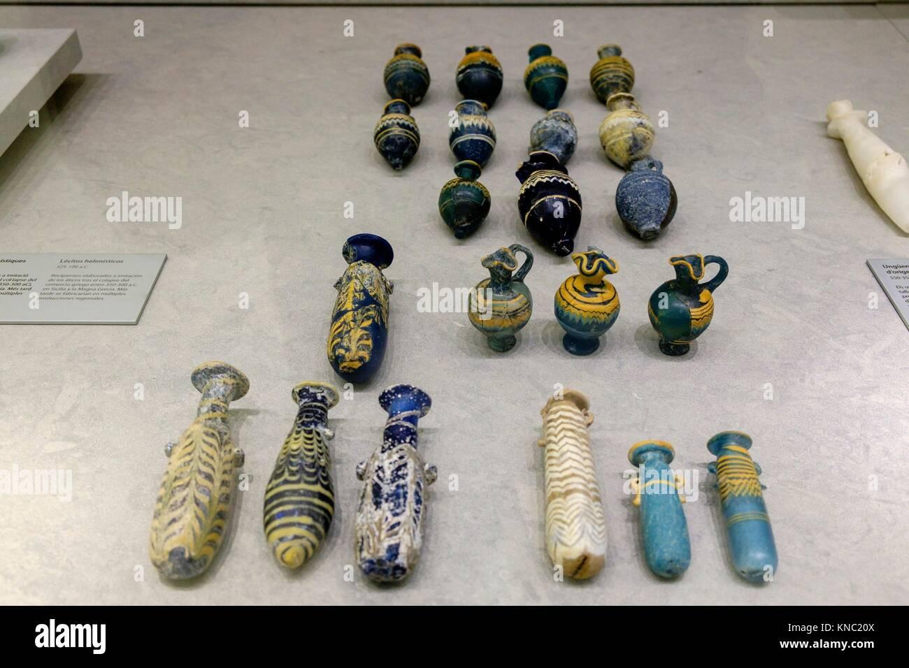 ungüentarios de pasta vitrea, originarios del mediterraneo oriental, 550-75 b.C., Ibiza and Formentera Archeological - Stock Image