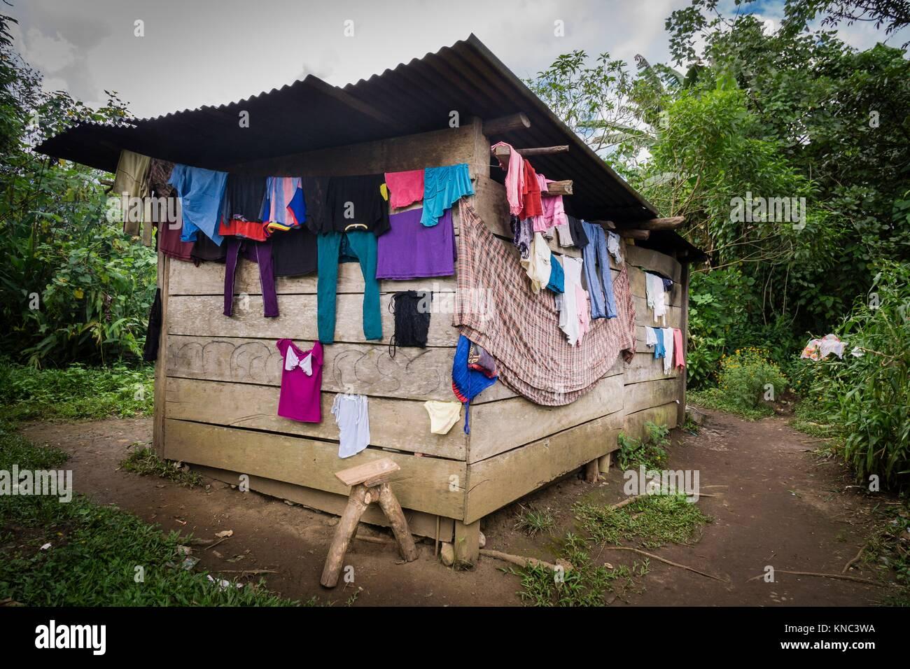 cabaña tipica con la colada secandose, Lancetillo, La Parroquia, zona Reyna, Quiche, Guatemala, Central America. - Stock Image