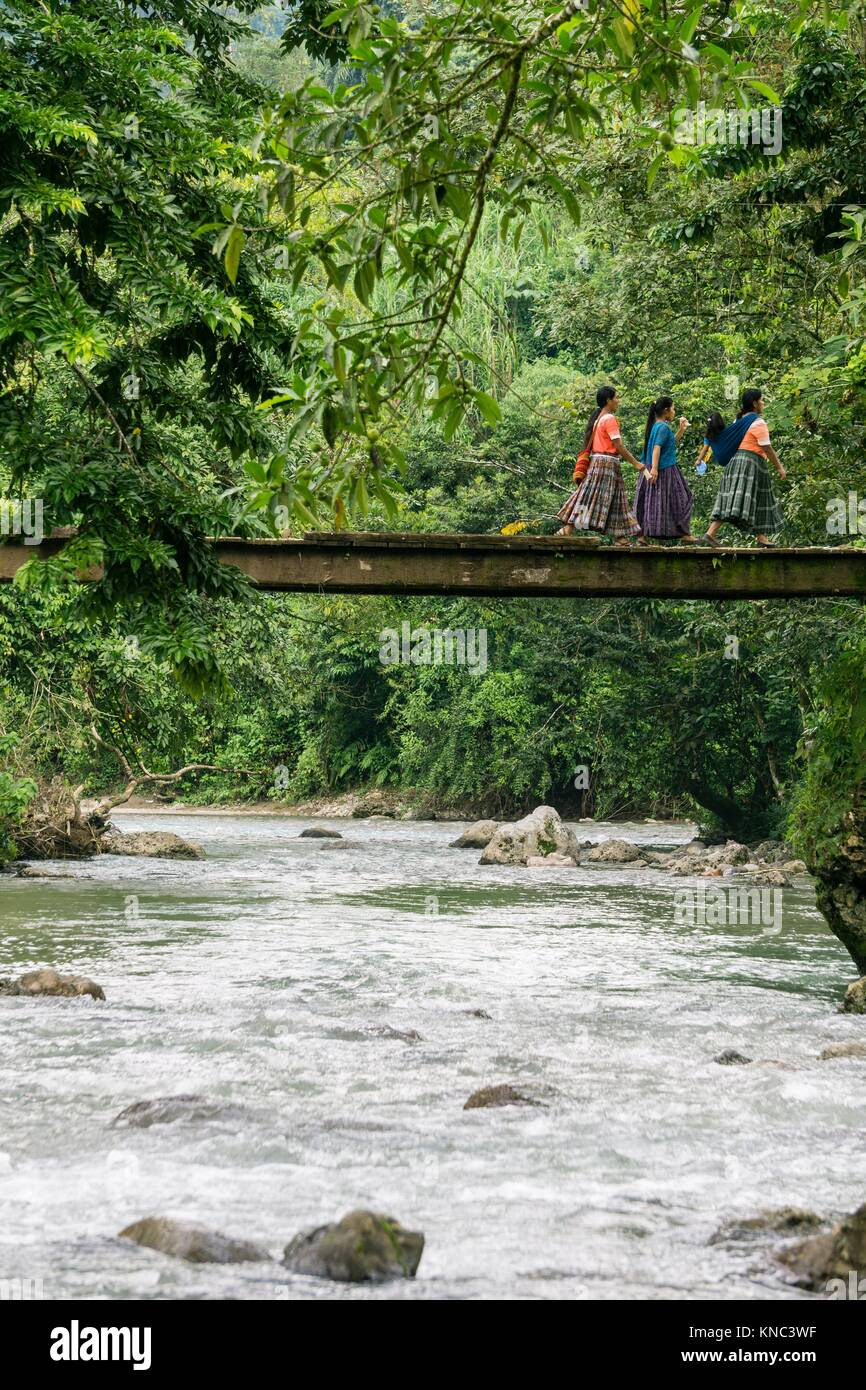 puente sobre el rio Satan, La Taña, zona Reyna, departamento de Uspantan,Guatemala, Central America. Stock Photo