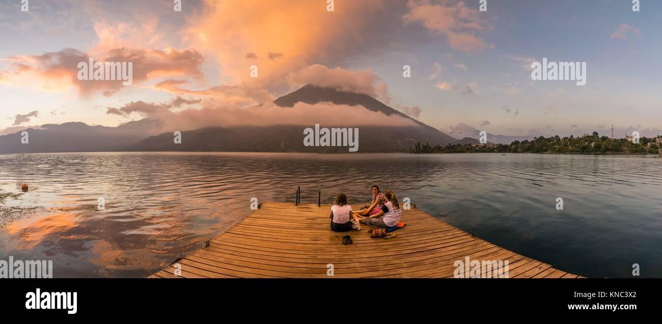 lago Atitlán y volcan San Pedro, Santiago Atitlan, departamento de Sololá, Guatemala, Central America. Stock Photo