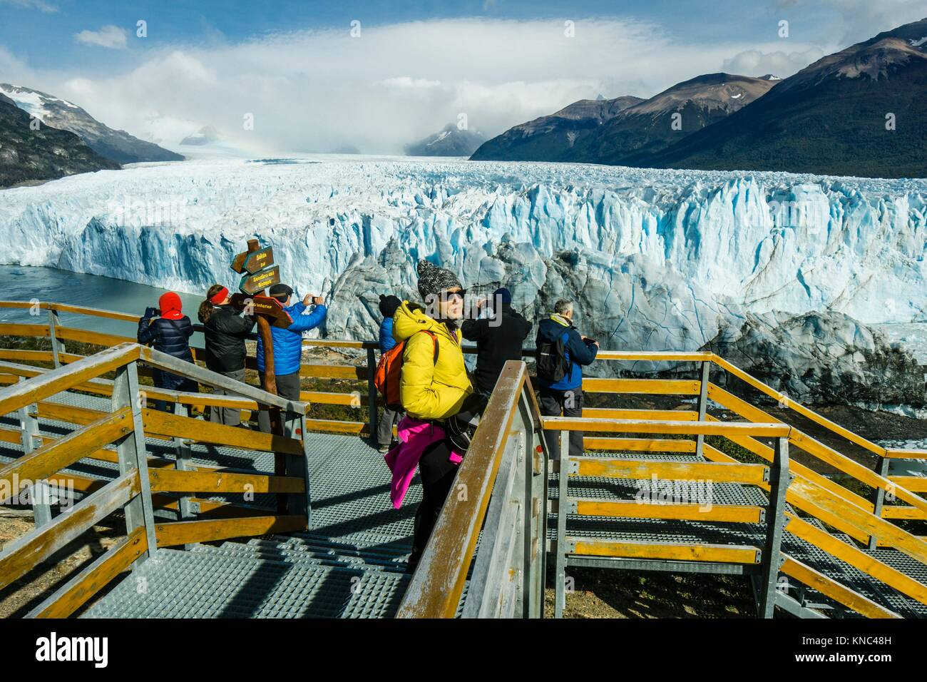 turistas en las pasarelas, glaciar Perito Moreno, Parque Nacional Los Glaciares, departamento Lago Argentino, provincia - Stock Image