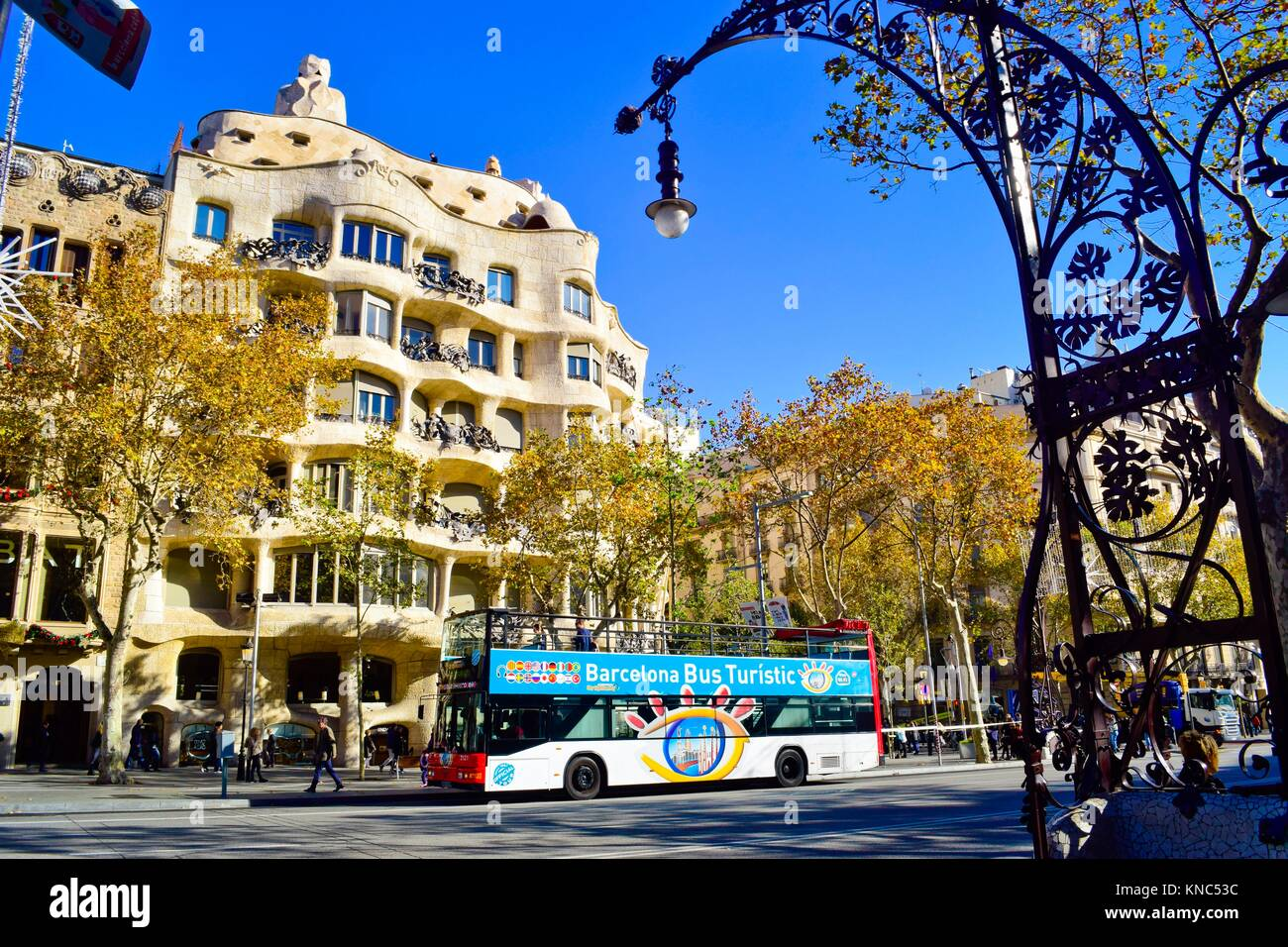 Barcelona Bus Turistic in front of Casa Milà, better known as La Pedrera. Designed by the Catalan architect - Stock Image