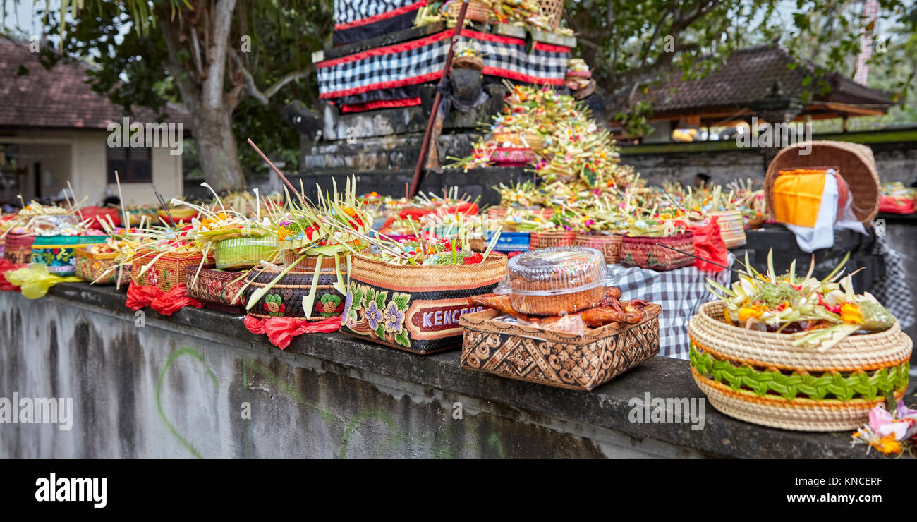 Open-air altar with offerings at local temple. Sengkidu village near Candidasa, Karangasem Regency, Bali, Indonesia. - Stock Image