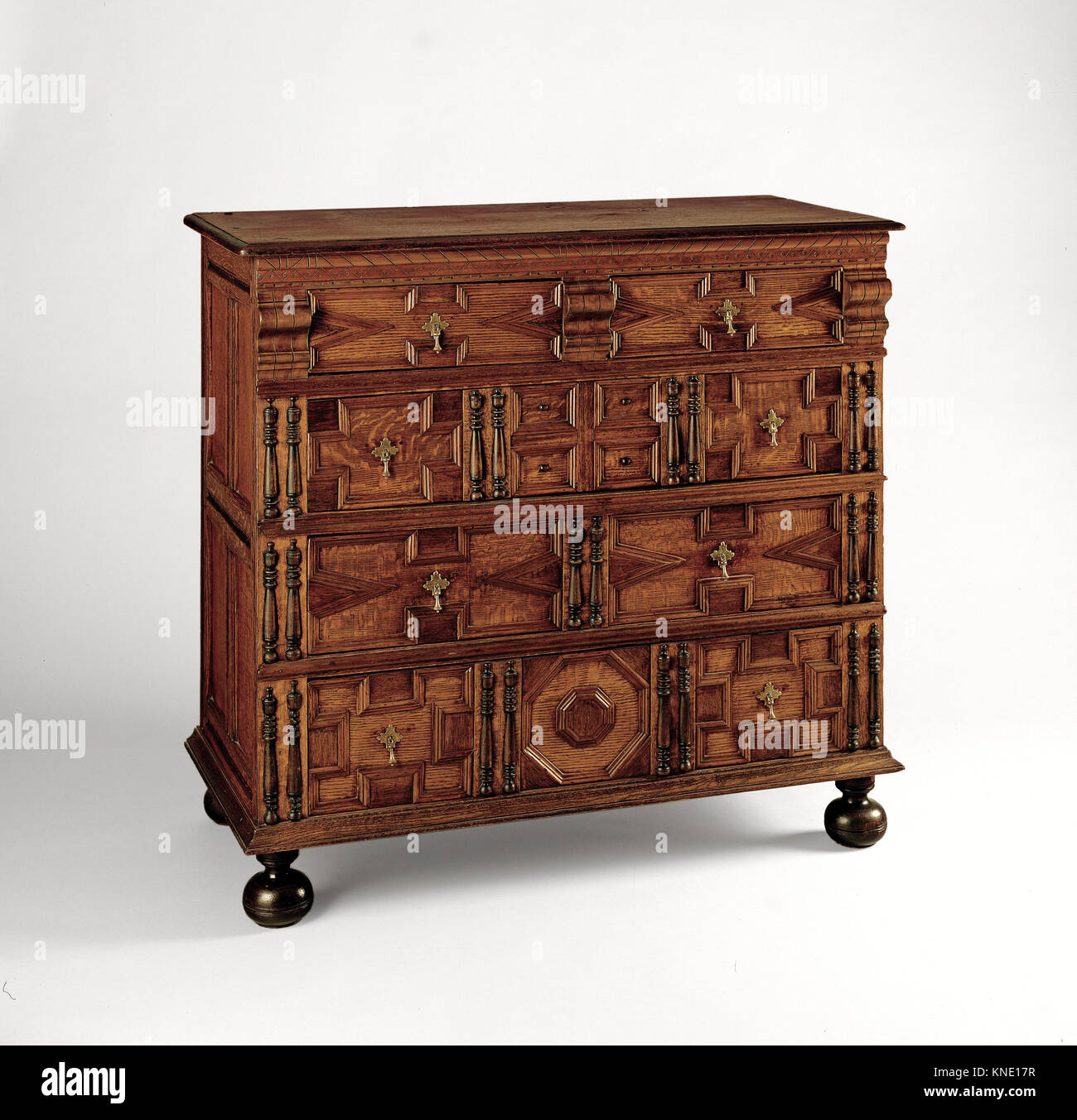 Chest of drawers MET 85J ACF3108R 2005 Maker: Attributed to The Symonds Shop, Chest of drawers, 1675?1700, Red oak, - Stock Image