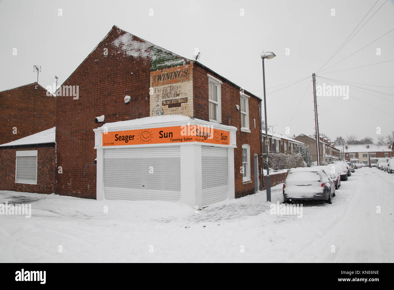 Tanning salon in Kings Heath duringheavy snow fall on Sunday 10th December 2017 in Birmingham, United Kingdom. Deep - Stock Image