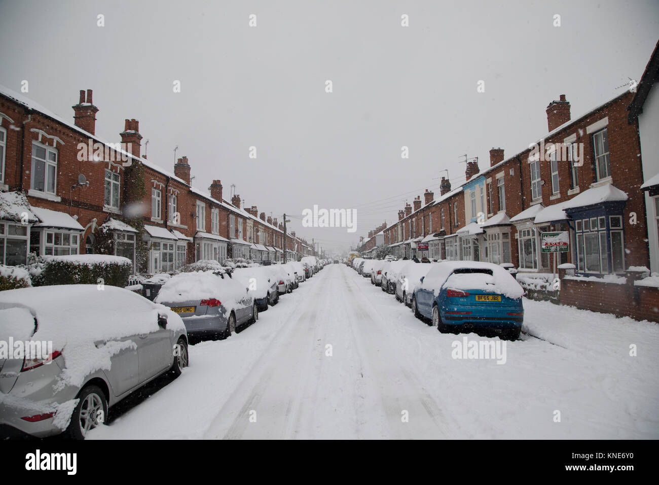 Street scene in Kings Heath during heavy snow fall on Sunday 10th December 2017 in Birmingham, United Kingdom. Deep - Stock Image
