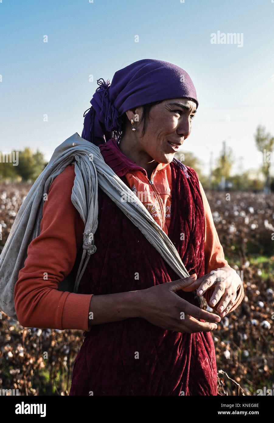Cotton pickers in the Khiva countryside, Xorazm Region, Uzbekistan, October 28, 2017    Credit © Jacopo Casaro/Sintesi/Alamy Stock Photo