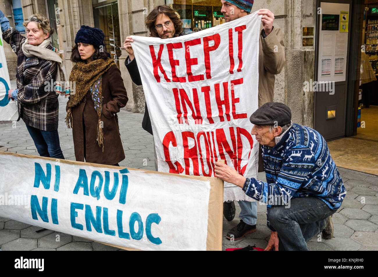 Barcelona, Catalonia, Spain. 12th Dec, 2017. Several demonstrators seen with banners in favour of renewable energies. - Stock Image