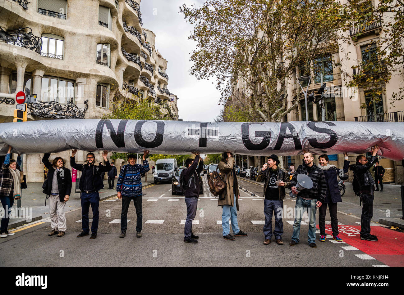 Barcelona, Catalonia, Spain. 12th Dec, 2017. Several activists seen showing an inflatable globe with the text ''No - Stock Image