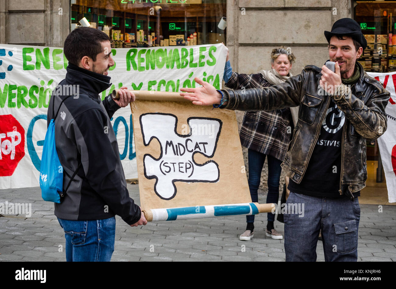Barcelona, Catalonia, Spain. 12th Dec, 2017. A protester points out a poster during the protest. Coinciding with - Stock Image