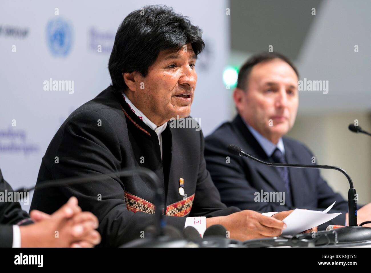 Paris, Francia. 12th Dec, 2017. Bolivian President Evo Morales (L) delivers a press conference on the occasion of - Stock Image