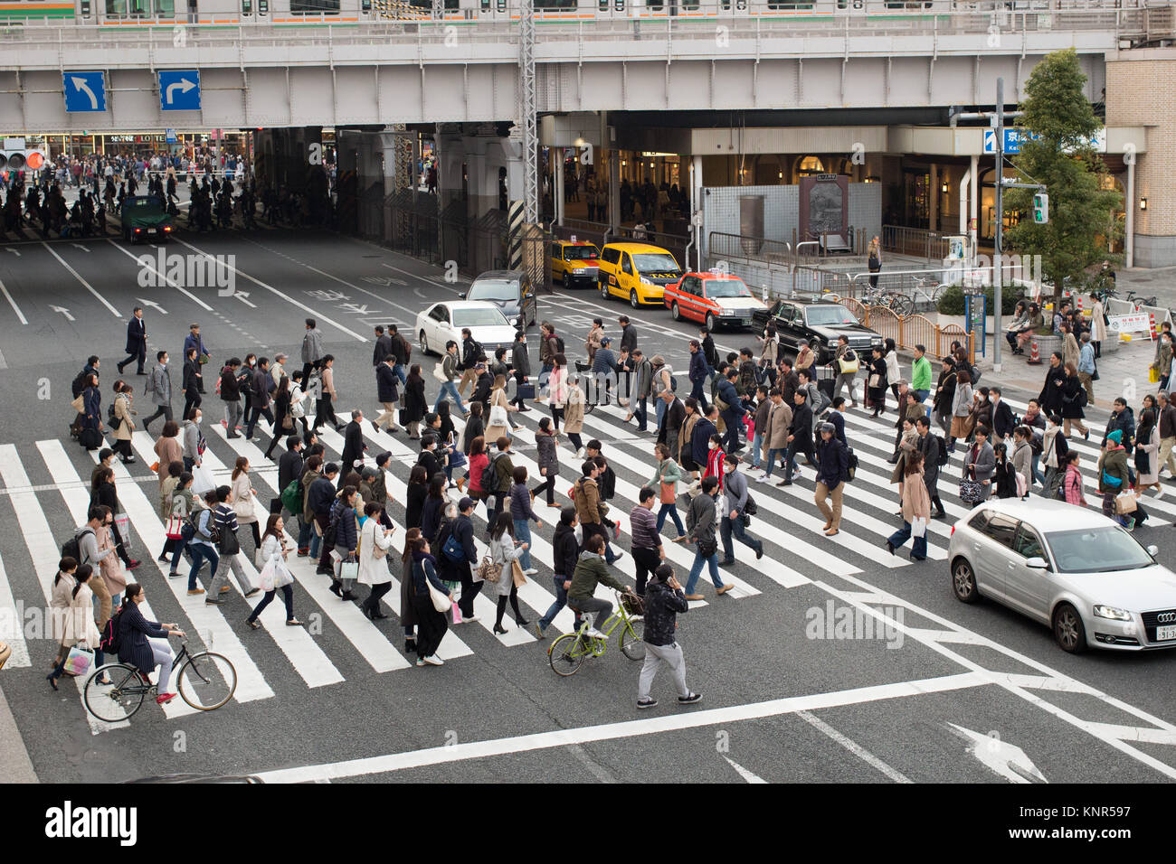 A scramble road crossing in Tokyo - Stock Image