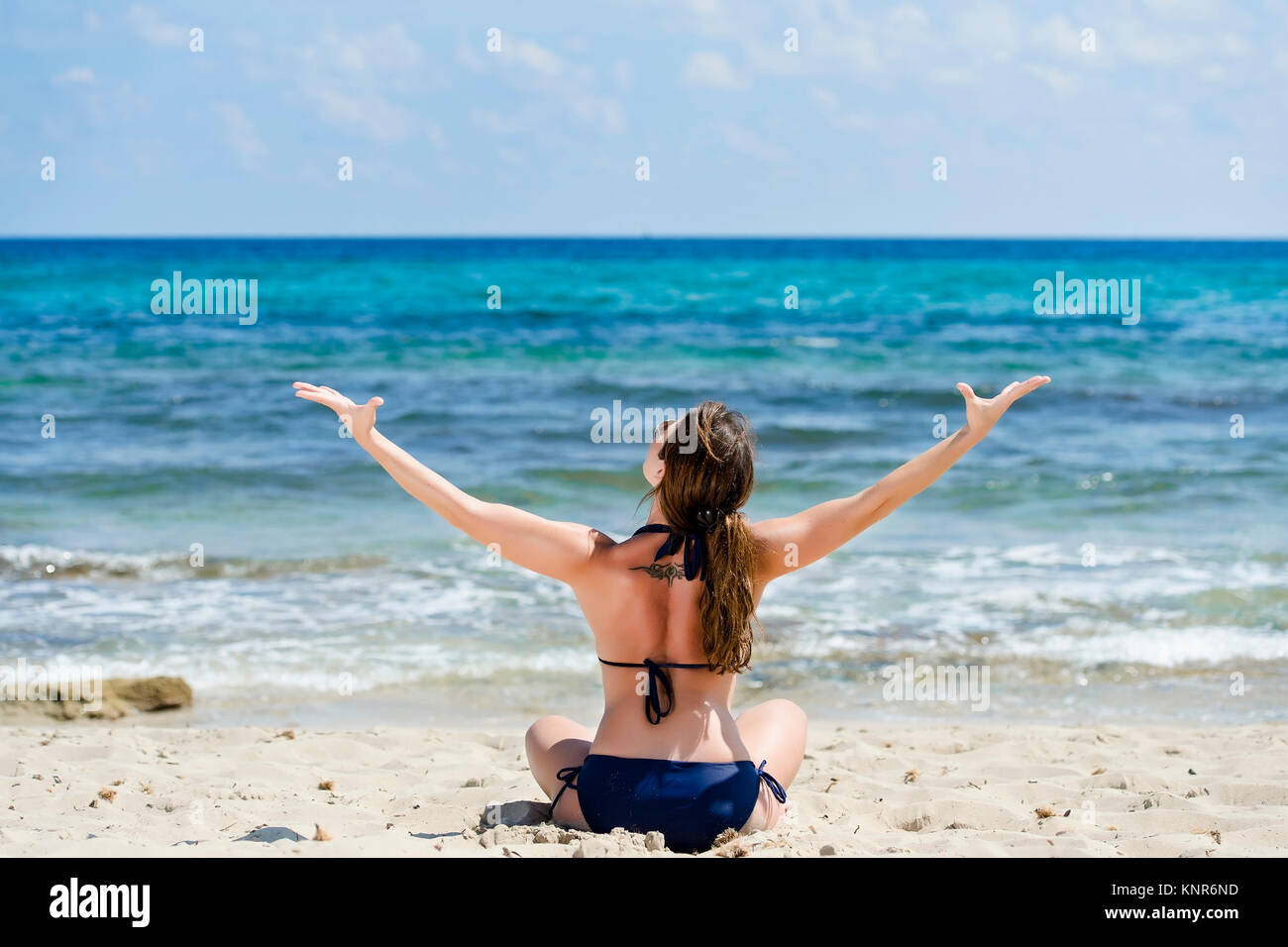 Frau im Bikini geniesst den Urlaub am Strand, Ibiza, Spanien - woman makes holiday at the beach, Ibiza, Spain - Stock Image