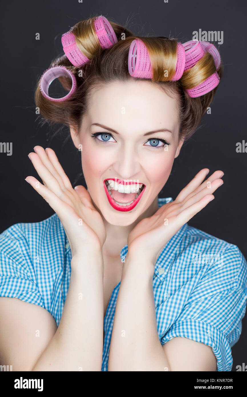 Junge Frau mit Lockenwicklern, Pin-Up - young woman with hair roller - Stock Image