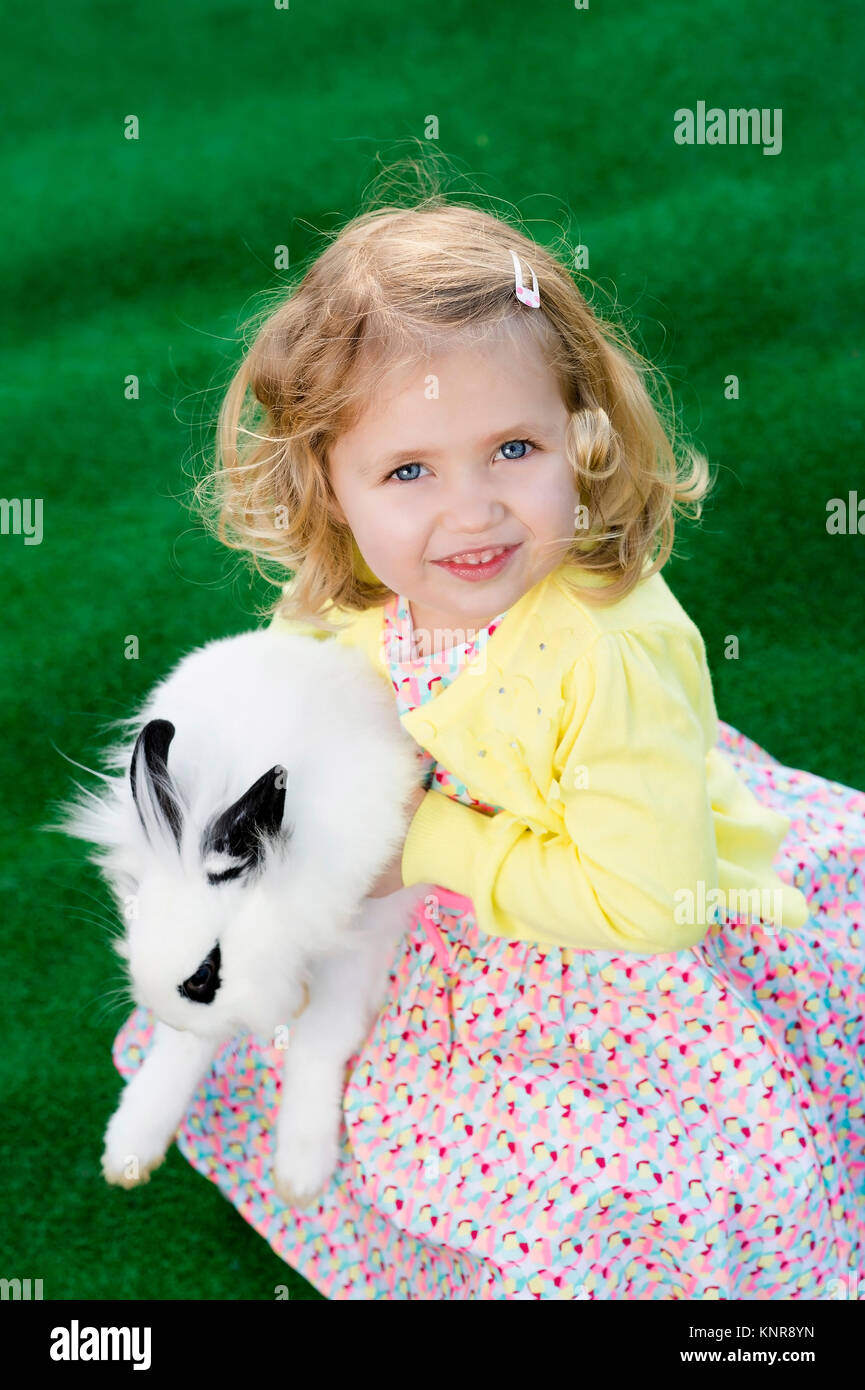 Kleines Maedchen mit Hase, Ostern - little girl with easter rabbit - Stock Image