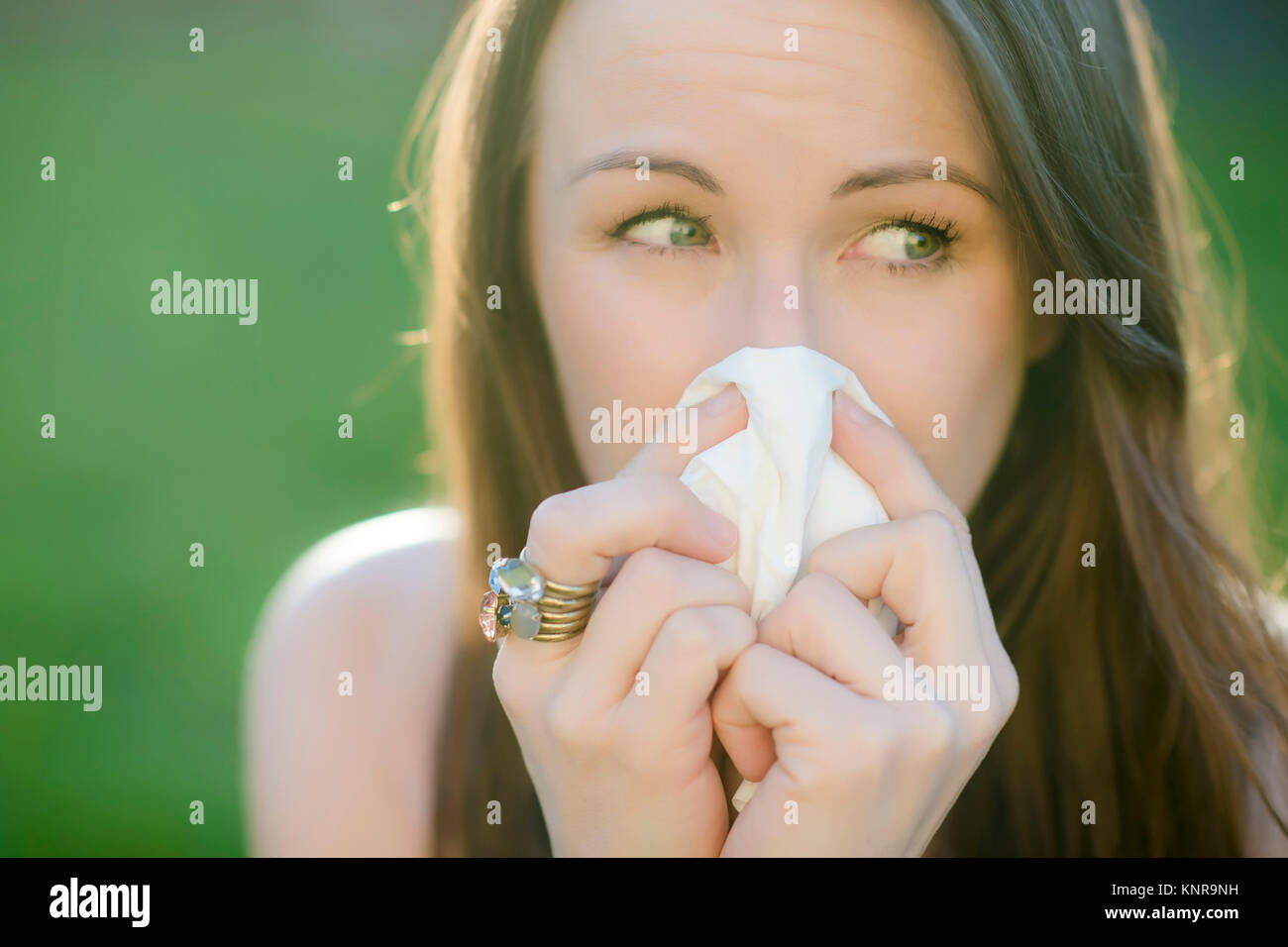 Junge Frau mit Pollenallergie - woman with pollen allergy in spring Stock Photo