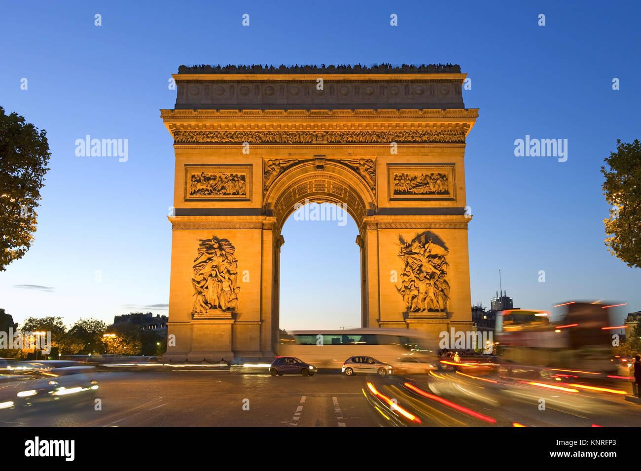 Beleuchteter Arc de Triomphe, Paris, Frankreich - Stock Image