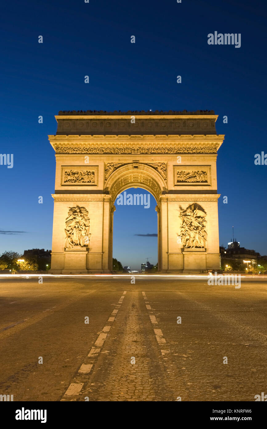 Beleuchteter Arc de Triomphe bei Nacht, Paris, Frankreich - Stock Image