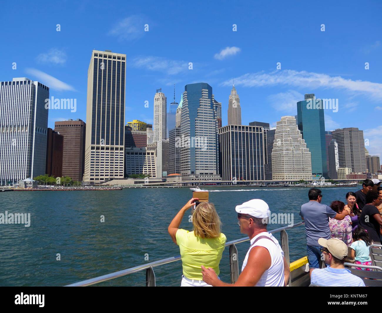 Blick von Personenfähre auf Lower Manhattan, New York, USA - Stock Image